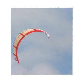 Vela roja de Windboard contra el cielo azul Blocs De Notas