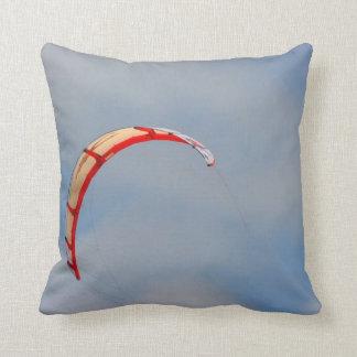 Vela roja de Windboard contra el cielo azul Cojín Decorativo