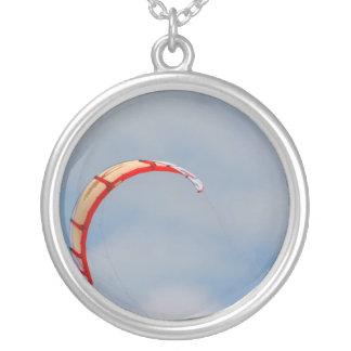 Vela roja de Windboard contra el cielo azul Pendientes Personalizados