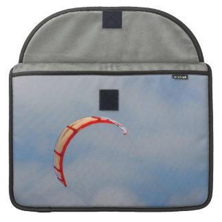 Vela roja de Windboard contra el cielo azul Fundas Para Macbook Pro