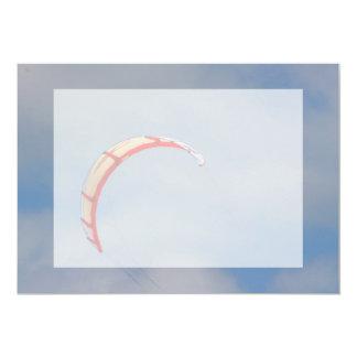 """Vela roja de Windboard contra el cielo azul Invitación 5"""" X 7"""""""
