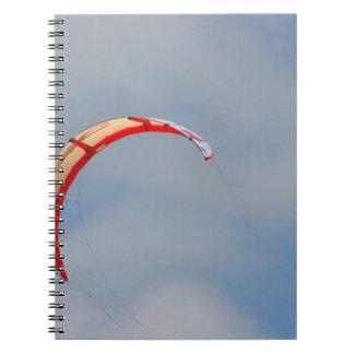 Vela roja de Windboard contra el cielo azul Libro De Apuntes Con Espiral