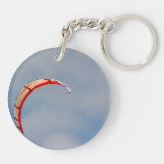 Vela roja de Windboard contra el cielo azul Llavero Redondo Acrílico A Doble Cara