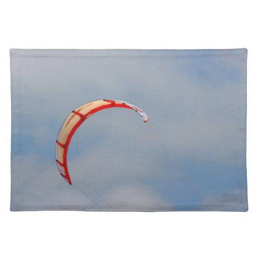 Vela roja de Windboard contra el cielo azul Manteles Individuales