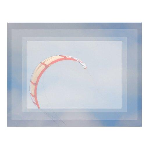 Vela roja de Windboard contra el cielo azul Membretes Personalizados