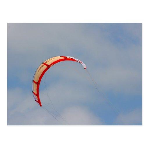 Vela roja de Windboard contra el cielo azul Postal