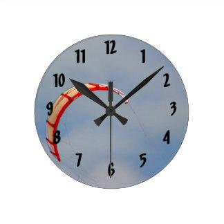 Vela roja de Windboard contra el cielo azul Reloj Redondo Mediano