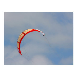 Vela roja de Windboard contra el cielo azul Tarjeta Postal