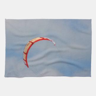 Vela roja de Windboard contra el cielo azul Toallas De Mano