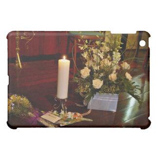 Vela y flores en piso de madera
