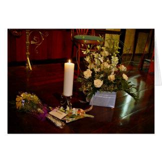 Vela y flores en piso de madera tarjeta