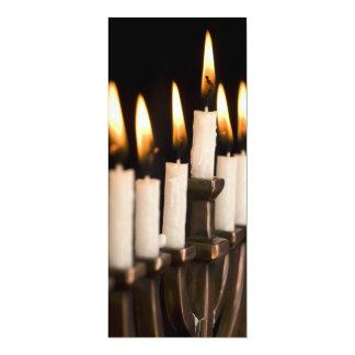 "Velas ardientes de Jánuca Chanukah Hanukah Menorah Invitación 4"" X 9.25"""