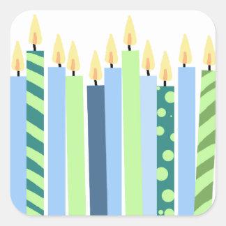 Velas azules y amarillas de cumpleaños de los pegatina cuadrada