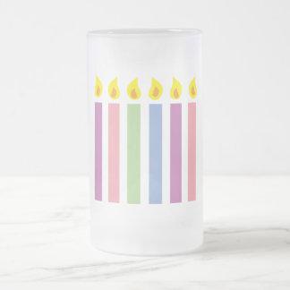 Velas coloridas multicoloras del cumpleaños taza de cristal
