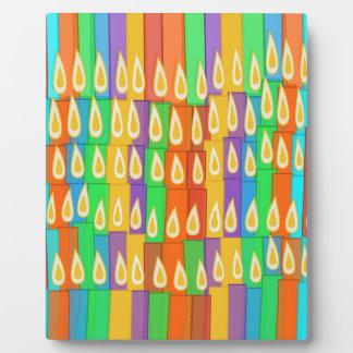 Velas coloridas placa de madera