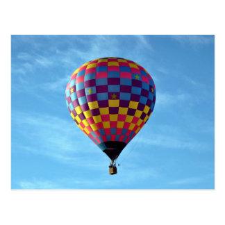 Velas de globo del aire caliente lejos en el cielo postal