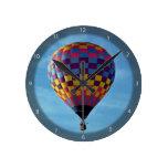 Velas de globo del aire caliente lejos en el cielo reloj de pared