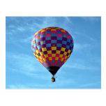 Velas de globo del aire caliente lejos en el cielo tarjetas postales