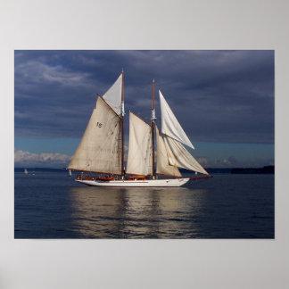 Velas de la aventurera en la bahía de Townsend del Impresiones