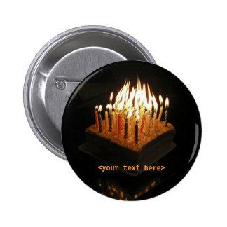 Velas de la torta de cumpleaños encendidas, <your  pin redondo de 2 pulgadas