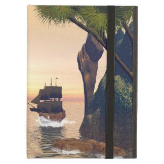 Velas del barco pirata a través de una entrada