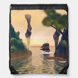 Velas del barco pirata a través de una entrada mochila