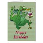 Velas del cumpleaños del dragón que soplan tarjeta de felicitación