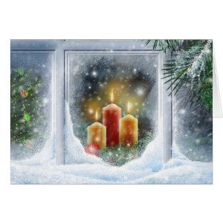 Velas del navidad en la ventana tarjeta de felicitación