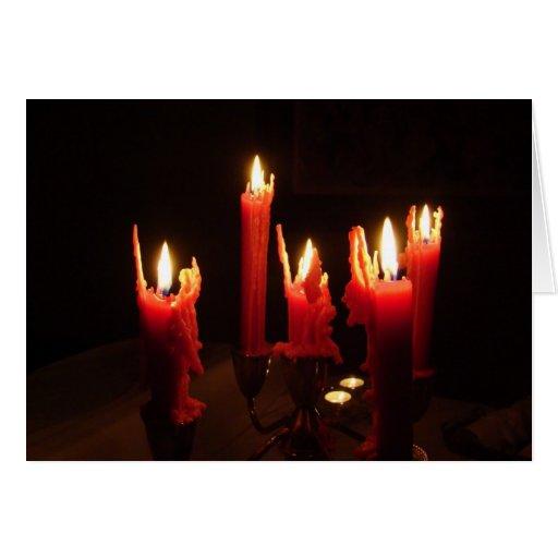 Velas fantasmagóricas en la oscuridad tarjetón