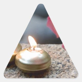 Velas y agua calcomania triangulo