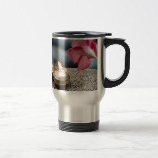 Velas y agua taza de café