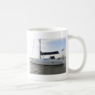 Velero amarrado en el amanecer taza de café