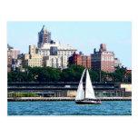 Velero contra el horizonte de Manhattan Postales