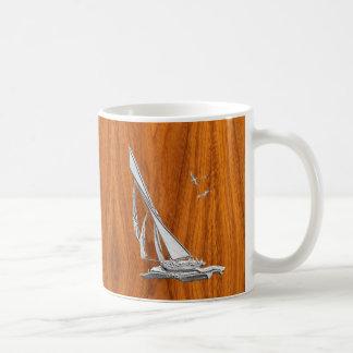 Velero de plata del Regatta en la chapa de la teca Taza De Café