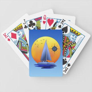 Velero del catamarán y rosa de compás barajas de cartas