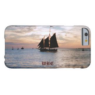 Velero en el mar tranquilo en el diseño del funda de iPhone 6 barely there