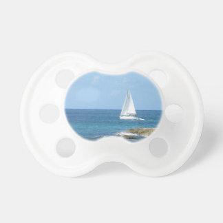 Velero en el océano chupetes para bebes