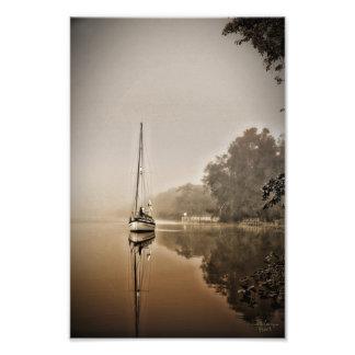 Velero en la impresión de la niebla impresiones fotográficas