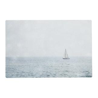 Velero en la navegación azul brumosa del barco de tapete individual