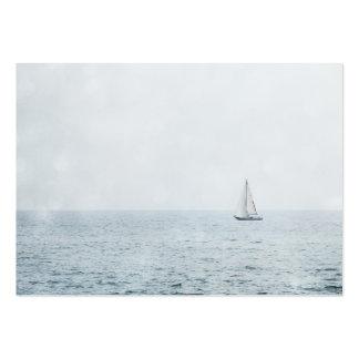 Velero en la navegación azul brumosa del barco de tarjetas de visita grandes