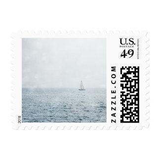 Velero en la navegación azul brumosa del barco de timbres postales