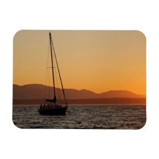 Velero en la puesta del sol en Puget Sound Imanes