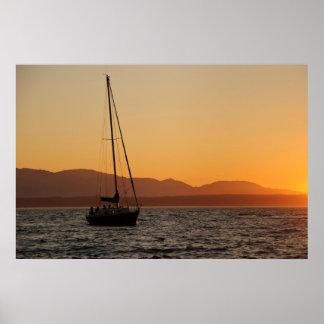 Velero en la puesta del sol en Puget Sound Póster