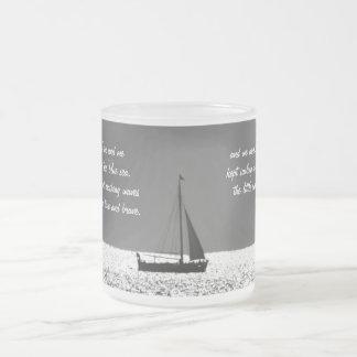 Velero en la taza chispeante del vidrio esmerilado