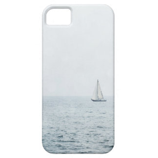 Velero en los barcos de vela azules brumosos del iPhone 5 carcasas
