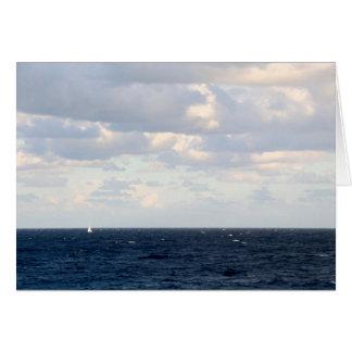 Velero minúsculo en un océano grande tarjeta pequeña
