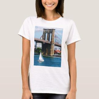 Velero por el puente de Brooklyn Playera