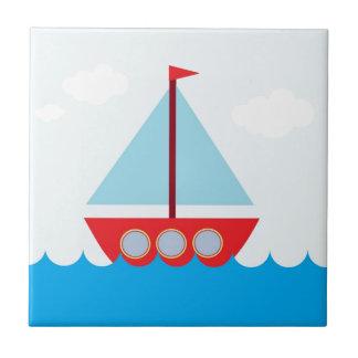Velero rojo y azul en el mar azulejo cuadrado pequeño