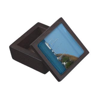 Veleros en el náutico blanco y azul de la bahía cajas de regalo de calidad