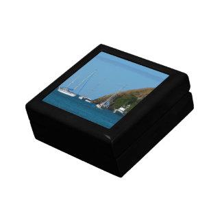 Veleros en el náutico blanco y azul de la bahía cajas de recuerdo